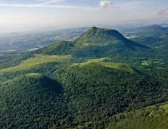 Le puy de Dôme (vue aérienne sur le volcan)